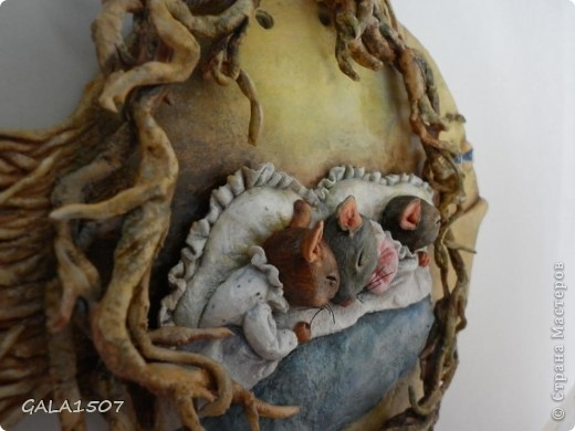 Мое почтение всем, всем, всем!!! Хочу познакомить вас с новыми обитателями и полноценными членами нашей семьи – троица мышицы! Как-то прогуливаясь по всемирной сети, повстречались мне эти мышата. Настолько они запали мне в душу, влюбилась в них молниеносно, и поняла, что будут жить теперь с нами. Они так сладко спали-сопели в своей подземной норке, где их крышей были корни деревьев, что так и запечатлелись. Какие сладкие сны им сняться?........  фото 11