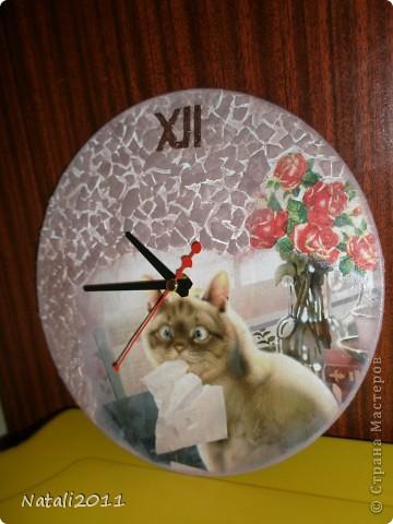 Здравствуйте дорогие жители Страны Мастеров, снова сделала часики из виниловой пластинки для моей приятельницы. Любительницы кошек. Очень хотелось попробовать декупаж с фотографии, Делала первый раз, но мне очень понравилось, разьехалась конечно в некоторых местах,  результатом в целом очень довольна! фото 2