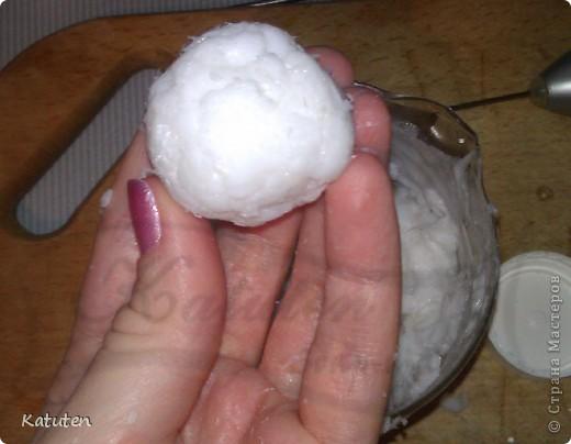 Сегодня будем делать конфетки Нам понадобится: Мыльная основа прозрачная (или белая) диоксид титана (для белой не нужен) ароматизатор кокос глицерин кокосовая стружка капучинатор шпажка (или толстая спица) терпение и скорость :)  фото 8