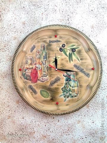 Принесла мне сотрудница старый поднос и попросила сделать часы для кухни.Долго я его терзала,он достаточно большого размера,с сюжетом определилась быстро,а фон несколько раз перекрашивала,докрашивала,живьем часы чуть поярче.Вобщем вот результат. фото 1