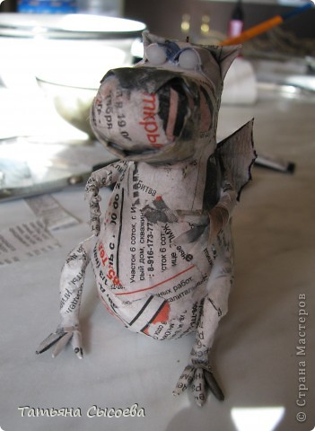 Сегодня расскажу, как сделать елочную игрушку из папье-маше на примере Дракончика. фото 31