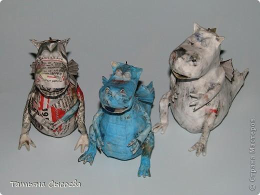 Сегодня расскажу, как сделать елочную игрушку из папье-маше на примере Дракончика. фото 33