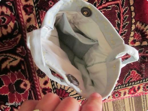 Вот такую сумочку я сшила для одной маленькой модницы. Сама сумочка из старых джинсов моего молодого человека, подкладка из моей старой футболки. Бусинки для украшения - различные бывшие бусы и браслеты... В общем всё, что под руку попалось...))) фото 2