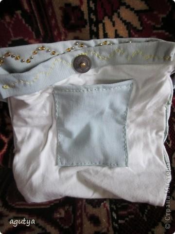 Вот такую сумочку я сшила для одной маленькой модницы. Сама сумочка из старых джинсов моего молодого человека, подкладка из моей старой футболки. Бусинки для украшения - различные бывшие бусы и браслеты... В общем всё, что под руку попалось...))) фото 3