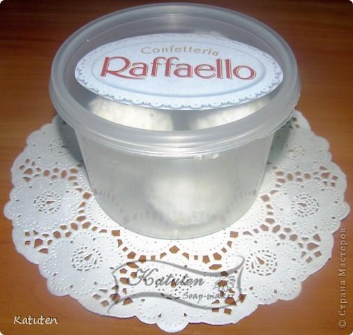 Сегодня будем делать конфетки Нам понадобится: Мыльная основа прозрачная (или белая) диоксид титана (для белой не нужен) ароматизатор кокос глицерин кокосовая стружка капучинатор шпажка (или толстая спица) терпение и скорость :)  фото 1