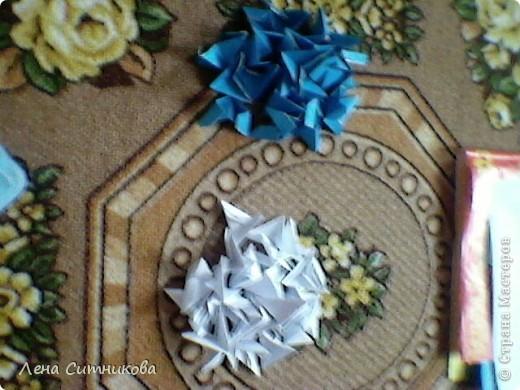 Я решила сделать мастер-класс.Лилия сделана из модулей,проволоки и одной гофротрубочки.Как сделать треугольный модуль оригами смотрите сдесь: http://stranamasterov.ru/technic/origami_module Цветок состоит из 6 лепестков.Можете сделать и из пяти.Для одного лепестка понадобится 31 модуль белого цвета и 24 голубого.То есть на один лепесток уходит 50 модулей.Цвета модулей буду отмечать буквами:белый (Б),голубой (Г). фото 1