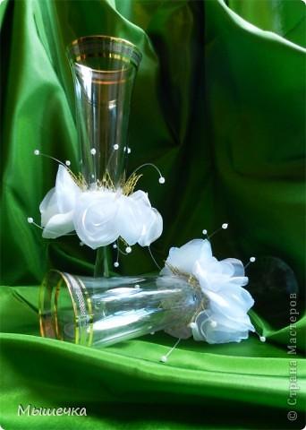 """Мои первые свадебные бокалы. Назвала """"Воздушные розы"""".   Полностью ручная работа. Розочки сделаны из органзы.   фото 2"""