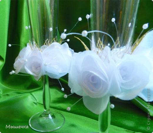 """Мои первые свадебные бокалы. Назвала """"Воздушные розы"""".   Полностью ручная работа. Розочки сделаны из органзы.   фото 4"""