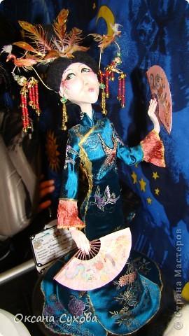 Приглашаю всех на выставку кукол, которая проходит на Тишинке в г. Москве!!!!! А кто не может лично посетить эту интересную  выставку, я хочу предоставить такую возможность, заглянув на неё при помощи моего фотоаппарата..... Приятного просмотра!!! фото 26