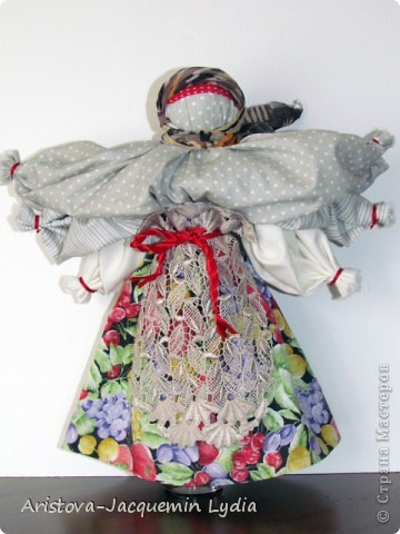 """Это кукла - шести-ручница, изображавшая женщину — крестьянку, работающую во время дождя, когда особенно тяжело работать и не хватает рук. Её ещё называли Мокредина-мокроручница, хозяйка-Мокредина. Это обрядовая кукла, её делали не каждый год, а во время продолжительных летних дождей. Женщины носили её по деревне, затем шли в лес и хоронили. При этом они причитали и плакали: """"Ты молодая умерла, а я старая живу"""".  Могилу украшали цветами и травами, считая, что это избавит от ненастья. Если дожди не прекращались, то куклу делали ещё до пяти раз от локтевой и каждую последующую куклу крупнее предыдущей — до 1,5м высотой и хоронили с большими почестями. Чем пышнее похороны, тем быстрее; коннчатся дожди. Мокредина была тряпичной, делалась по типу куклы — закрутки или внутри основа — кора дерева, голова тряпичная. Острым угольком или карандашом на её лице рисовали кружочки в виде капель дождя; украшали её как женщину в наряды (подъюбник, сарафан: фартук, платок — по-бабьи, под платком рожки). Со спины и по обе стороны рук к поясу привязывали свежие травы — кукушкины слёзы, цветы, лопухи, зелёные листья берёзы, веточки деревьев и т.д.  Информация взята с сайта  http://www.rukukla.ru/article/trya/mokredina.htm фото 1"""