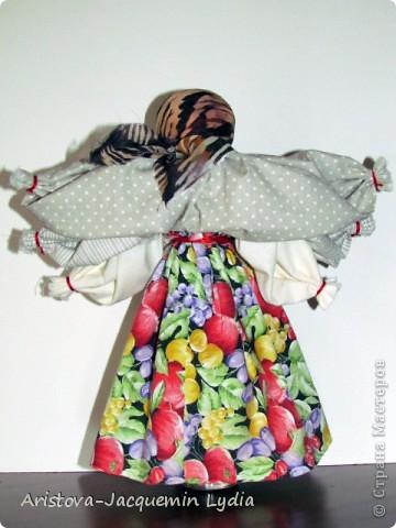"""Это кукла - шести-ручница, изображавшая женщину — крестьянку, работающую во время дождя, когда особенно тяжело работать и не хватает рук. Её ещё называли Мокредина-мокроручница, хозяйка-Мокредина. Это обрядовая кукла, её делали не каждый год, а во время продолжительных летних дождей. Женщины носили её по деревне, затем шли в лес и хоронили. При этом они причитали и плакали: """"Ты молодая умерла, а я старая живу"""".  Могилу украшали цветами и травами, считая, что это избавит от ненастья. Если дожди не прекращались, то куклу делали ещё до пяти раз от локтевой и каждую последующую куклу крупнее предыдущей — до 1,5м высотой и хоронили с большими почестями. Чем пышнее похороны, тем быстрее; коннчатся дожди. Мокредина была тряпичной, делалась по типу куклы — закрутки или внутри основа — кора дерева, голова тряпичная. Острым угольком или карандашом на её лице рисовали кружочки в виде капель дождя; украшали её как женщину в наряды (подъюбник, сарафан: фартук, платок — по-бабьи, под платком рожки). Со спины и по обе стороны рук к поясу привязывали свежие травы — кукушкины слёзы, цветы, лопухи, зелёные листья берёзы, веточки деревьев и т.д.  Информация взята с сайта  http://www.rukukla.ru/article/trya/mokredina.htm фото 2"""