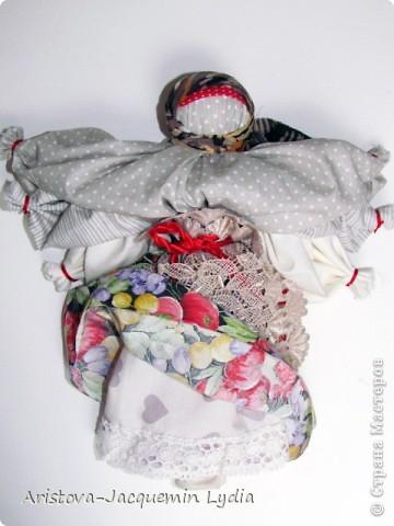 """Это кукла - шести-ручница, изображавшая женщину — крестьянку, работающую во время дождя, когда особенно тяжело работать и не хватает рук. Её ещё называли Мокредина-мокроручница, хозяйка-Мокредина. Это обрядовая кукла, её делали не каждый год, а во время продолжительных летних дождей. Женщины носили её по деревне, затем шли в лес и хоронили. При этом они причитали и плакали: """"Ты молодая умерла, а я старая живу"""".  Могилу украшали цветами и травами, считая, что это избавит от ненастья. Если дожди не прекращались, то куклу делали ещё до пяти раз от локтевой и каждую последующую куклу крупнее предыдущей — до 1,5м высотой и хоронили с большими почестями. Чем пышнее похороны, тем быстрее; коннчатся дожди. Мокредина была тряпичной, делалась по типу куклы — закрутки или внутри основа — кора дерева, голова тряпичная. Острым угольком или карандашом на её лице рисовали кружочки в виде капель дождя; украшали её как женщину в наряды (подъюбник, сарафан: фартук, платок — по-бабьи, под платком рожки). Со спины и по обе стороны рук к поясу привязывали свежие травы — кукушкины слёзы, цветы, лопухи, зелёные листья берёзы, веточки деревьев и т.д.  Информация взята с сайта  http://www.rukukla.ru/article/trya/mokredina.htm фото 3"""