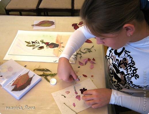 Флористика — искусство, в котором  художник  без красок и кистей рисует свои картины. В сухой лист или увядший цветок можно вдохнуть  вторую жизнь. Флористический коллаж - прекрасный вариант оформления интерьера, который не требует ни ваз, ни бесценной жилой площади для своего размещения. Эти плоскостные работы составляют реальную конкуренцию картинам,  благодаря новизне техник и использованию неповторимого растительного материала.  Композиция «РИСУЕМ ЦВЕТАМИ». Формат А3. Флористический плоскостной коллаж. Букет состоит из цветов, смонтированных из лепестков роз и георгинов, веточек солидаго. Ажур из цветов белой и зеленой гортензии, листьев малины, калины, гортензии. Блюдо – кожура банана; фрукты  из лепестков георгинов, листьев калины, кожуры оранжевого кабачка. Салфетка – скелетизированный лист. Бабочка – тельце из кожуры банана, крылышки из лепестков желтых георгин. фото 5