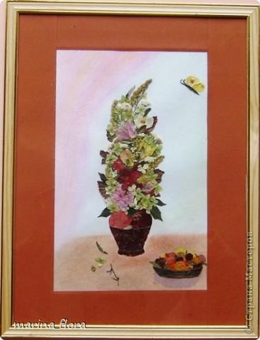 Флористика — искусство, в котором  художник  без красок и кистей рисует свои картины. В сухой лист или увядший цветок можно вдохнуть  вторую жизнь. Флористический коллаж - прекрасный вариант оформления интерьера, который не требует ни ваз, ни бесценной жилой площади для своего размещения. Эти плоскостные работы составляют реальную конкуренцию картинам,  благодаря новизне техник и использованию неповторимого растительного материала.  Композиция «РИСУЕМ ЦВЕТАМИ». Формат А3. Флористический плоскостной коллаж. Букет состоит из цветов, смонтированных из лепестков роз и георгинов, веточек солидаго. Ажур из цветов белой и зеленой гортензии, листьев малины, калины, гортензии. Блюдо – кожура банана; фрукты  из лепестков георгинов, листьев калины, кожуры оранжевого кабачка. Салфетка – скелетизированный лист. Бабочка – тельце из кожуры банана, крылышки из лепестков желтых георгин. фото 1