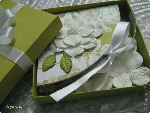 """""""Зеленая свадьба"""" - день бракосочетания  День свадьбы (бракосочетания) называется зеленая свадьба.   Трава, как знак молодости, юности – является символом этого дня. Наверное еще и поэтому с давних пор повелось украшать цветами помещение для свадьбы, свадебные машины, дарить молодым цветы. Да и жених с невестой тоже непременно носят цветы как элемент одежды или прически, жених – бутоньерку в кармане пиджака, невеста – цветы на платье или веночек на голове. Во время венчания и церкви принято украшать зеленью, цветами, ароматными травами. Подробнее тут http://www.supertosty.ru/tost_341.html о разных годовщинах свадьбы. фото 6"""