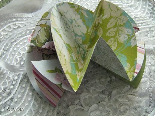 """""""Зеленая свадьба"""" - день бракосочетания  День свадьбы (бракосочетания) называется зеленая свадьба.   Трава, как знак молодости, юности – является символом этого дня. Наверное еще и поэтому с давних пор повелось украшать цветами помещение для свадьбы, свадебные машины, дарить молодым цветы. Да и жених с невестой тоже непременно носят цветы как элемент одежды или прически, жених – бутоньерку в кармане пиджака, невеста – цветы на платье или веночек на голове. Во время венчания и церкви принято украшать зеленью, цветами, ароматными травами. Подробнее тут http://www.supertosty.ru/tost_341.html о разных годовщинах свадьбы. фото 8"""