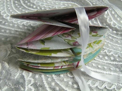"""""""Зеленая свадьба"""" - день бракосочетания  День свадьбы (бракосочетания) называется зеленая свадьба.   Трава, как знак молодости, юности – является символом этого дня. Наверное еще и поэтому с давних пор повелось украшать цветами помещение для свадьбы, свадебные машины, дарить молодым цветы. Да и жених с невестой тоже непременно носят цветы как элемент одежды или прически, жених – бутоньерку в кармане пиджака, невеста – цветы на платье или веночек на голове. Во время венчания и церкви принято украшать зеленью, цветами, ароматными травами. Подробнее тут http://www.supertosty.ru/tost_341.html о разных годовщинах свадьбы. фото 7"""