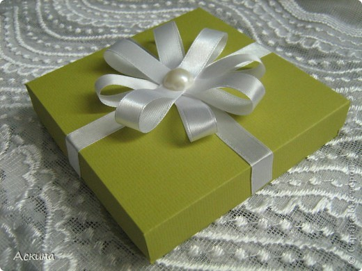 """""""Зеленая свадьба"""" - день бракосочетания  День свадьбы (бракосочетания) называется зеленая свадьба.   Трава, как знак молодости, юности – является символом этого дня. Наверное еще и поэтому с давних пор повелось украшать цветами помещение для свадьбы, свадебные машины, дарить молодым цветы. Да и жених с невестой тоже непременно носят цветы как элемент одежды или прически, жених – бутоньерку в кармане пиджака, невеста – цветы на платье или веночек на голове. Во время венчания и церкви принято украшать зеленью, цветами, ароматными травами. Подробнее тут http://www.supertosty.ru/tost_341.html о разных годовщинах свадьбы. фото 5"""