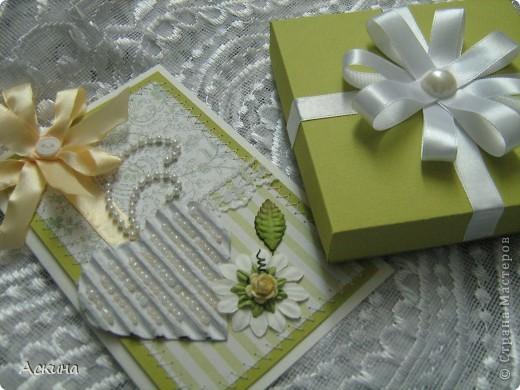 """""""Зеленая свадьба"""" - день бракосочетания  День свадьбы (бракосочетания) называется зеленая свадьба.   Трава, как знак молодости, юности – является символом этого дня. Наверное еще и поэтому с давних пор повелось украшать цветами помещение для свадьбы, свадебные машины, дарить молодым цветы. Да и жених с невестой тоже непременно носят цветы как элемент одежды или прически, жених – бутоньерку в кармане пиджака, невеста – цветы на платье или веночек на голове. Во время венчания и церкви принято украшать зеленью, цветами, ароматными травами. Подробнее тут http://www.supertosty.ru/tost_341.html о разных годовщинах свадьбы. фото 1"""