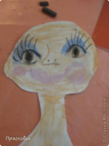 На прошлой неделе мы сделали портреты в технике коллаж. В первый день подготовили фон, вырезали шаблон головы намечали части лица. На второй день раскрасили лицо пастелью, приклеили волосы, платья из журналов, украсили блеском. фото 6