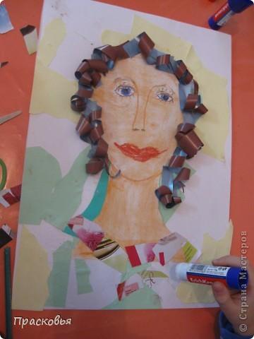 На прошлой неделе мы сделали портреты в технике коллаж. В первый день подготовили фон, вырезали шаблон головы намечали части лица. На второй день раскрасили лицо пастелью, приклеили волосы, платья из журналов, украсили блеском. фото 7
