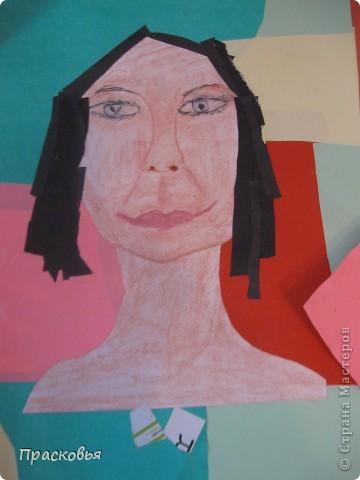 На прошлой неделе мы сделали портреты в технике коллаж. В первый день подготовили фон, вырезали шаблон головы намечали части лица. На второй день раскрасили лицо пастелью, приклеили волосы, платья из журналов, украсили блеском. фото 9