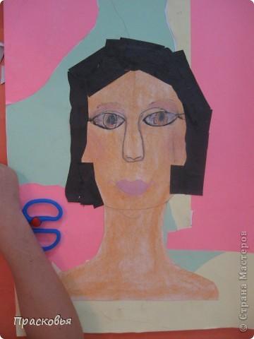 На прошлой неделе мы сделали портреты в технике коллаж. В первый день подготовили фон, вырезали шаблон головы намечали части лица. На второй день раскрасили лицо пастелью, приклеили волосы, платья из журналов, украсили блеском. фото 10