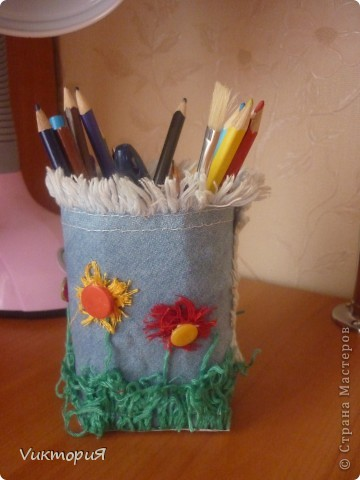 Вот такая карандашница у меня сегодня сделалась. Использовала обрезанную коробку из под сока, ставшую маленькой дочину джинсовую косыночку, нитки мулине (они были очень старые и на вышивку не годились) и пуговички. фото 2