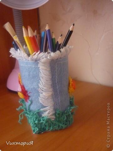 Вот такая карандашница у меня сегодня сделалась. Использовала обрезанную коробку из под сока, ставшую маленькой дочину джинсовую косыночку, нитки мулине (они были очень старые и на вышивку не годились) и пуговички. фото 4