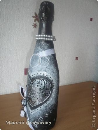 Бутылочка обклеена с помощью манки, покрашена, а композиция из цветов сделана собственноручно из атласных ленточек, а также украшено бусинами и витражным контуром. фото 4