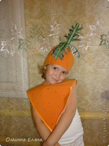 Вкусной выросла морковка, Очень длинная головка Оранжевого цвета Солнечного лета. Хвостик над землей торчит И ребятам говорит: Прояви сноровку, Доставай  морковку. Вкусную и сладкую Но не ешь украдкою. Вымой очень тщательно, Все будет замечательно. фото 1