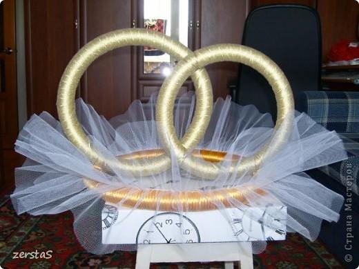 К свадьбе все делали своими руками. В благодарность мастерам и мастерицам, за то, что они делятся своим умением с нами, неумехами, выкладываю некоторые свадебные поделки. Подушечка-Шляпка, получилась очень нежная и воздушная.  фото 9