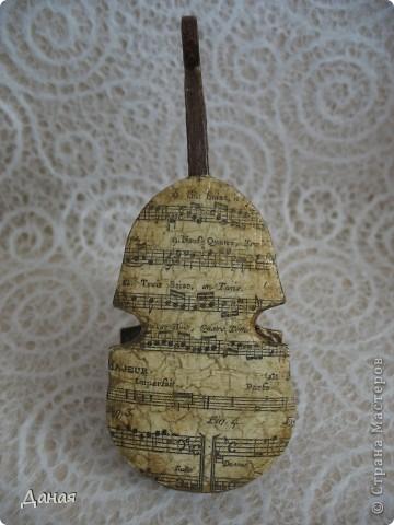 Свою первую скрипку Страдивари сделал в 1666 году, но более 30 лет он искал собственную модель. Лишь в начале 1700 годов мастер сконструировал свою, до сих пор непревзойденную скрипку. Она была удлинена по форме и имела внутри корпуса изломы и неровности, благодаря чему звук обогащался за счет появления большого количества высоких обертонов. За свою жизнь Антонио Страдивари изготовил около 2500 инструментов. Ученые и музыканты всего мира пытаются разгадать тайну создания скрипок Страдивари. Еще при  жизни мастера  говорили, что он продал душу дьяволу, говорили даже, что дерево, из которого сделаны несколько самых известных скрипок, - это обломки Ноева ковчега. Существует мнение, что скрипки Страдивари потому так хороши, что настоящий инструмент начинает звучать по-настоящему хорошо лишь через двести-триста лет.    фото 4