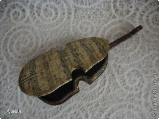 Свою первую скрипку Страдивари сделал в 1666 году, но более 30 лет он искал собственную модель. Лишь в начале 1700 годов мастер сконструировал свою, до сих пор непревзойденную скрипку. Она была удлинена по форме и имела внутри корпуса изломы и неровности, благодаря чему звук обогащался за счет появления большого количества высоких обертонов. За свою жизнь Антонио Страдивари изготовил около 2500 инструментов. Ученые и музыканты всего мира пытаются разгадать тайну создания скрипок Страдивари. Еще при  жизни мастера  говорили, что он продал душу дьяволу, говорили даже, что дерево, из которого сделаны несколько самых известных скрипок, - это обломки Ноева ковчега. Существует мнение, что скрипки Страдивари потому так хороши, что настоящий инструмент начинает звучать по-настоящему хорошо лишь через двести-триста лет.    фото 3