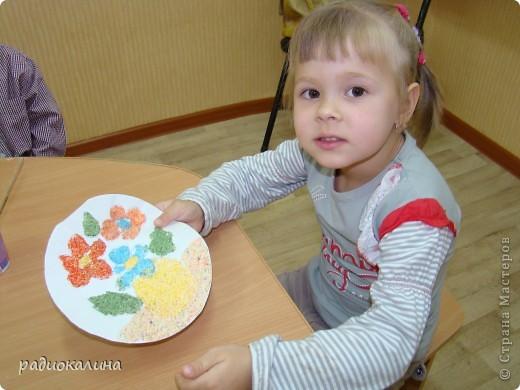 Вот какая у нас творческая мастерская для работы и все работы уже выполнены и это фото на память об этом занятии, на котором ребятишки с удовольствием делали цветы из разноцветной  манной крупы. фото 5