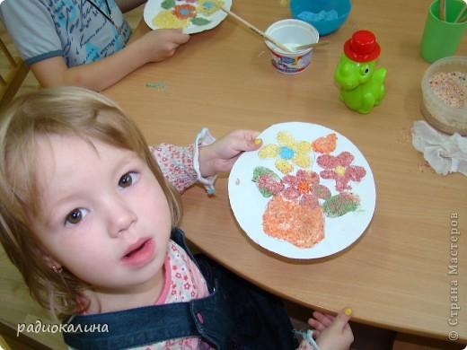 Вот какая у нас творческая мастерская для работы и все работы уже выполнены и это фото на память об этом занятии, на котором ребятишки с удовольствием делали цветы из разноцветной  манной крупы. фото 3