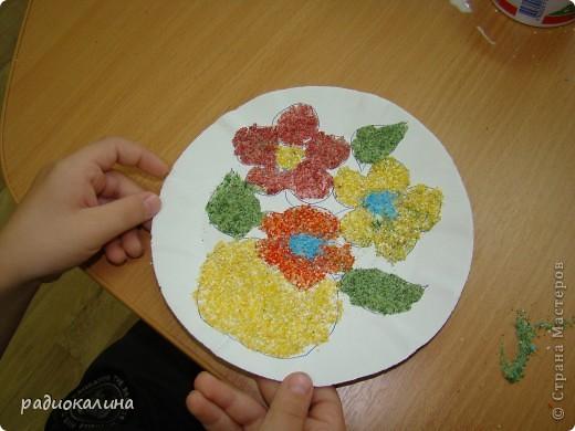 Вот какая у нас творческая мастерская для работы и все работы уже выполнены и это фото на память об этом занятии, на котором ребятишки с удовольствием делали цветы из разноцветной  манной крупы. фото 4