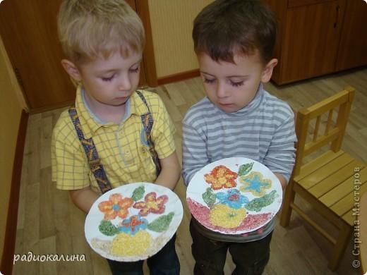 Вот какая у нас творческая мастерская для работы и все работы уже выполнены и это фото на память об этом занятии, на котором ребятишки с удовольствием делали цветы из разноцветной  манной крупы. фото 7