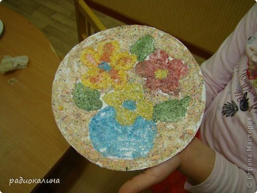 Вот какая у нас творческая мастерская для работы и все работы уже выполнены и это фото на память об этом занятии, на котором ребятишки с удовольствием делали цветы из разноцветной  манной крупы. фото 8