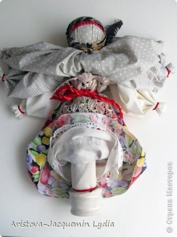 """Это кукла - шести-ручница, изображавшая женщину — крестьянку, работающую во время дождя, когда особенно тяжело работать и не хватает рук. Её ещё называли Мокредина-мокроручница, хозяйка-Мокредина. Это обрядовая кукла, её делали не каждый год, а во время продолжительных летних дождей. Женщины носили её по деревне, затем шли в лес и хоронили. При этом они причитали и плакали: """"Ты молодая умерла, а я старая живу"""".  Могилу украшали цветами и травами, считая, что это избавит от ненастья. Если дожди не прекращались, то куклу делали ещё до пяти раз от локтевой и каждую последующую куклу крупнее предыдущей — до 1,5м высотой и хоронили с большими почестями. Чем пышнее похороны, тем быстрее; коннчатся дожди. Мокредина была тряпичной, делалась по типу куклы — закрутки или внутри основа — кора дерева, голова тряпичная. Острым угольком или карандашом на её лице рисовали кружочки в виде капель дождя; украшали её как женщину в наряды (подъюбник, сарафан: фартук, платок — по-бабьи, под платком рожки). Со спины и по обе стороны рук к поясу привязывали свежие травы — кукушкины слёзы, цветы, лопухи, зелёные листья берёзы, веточки деревьев и т.д.  Информация взята с сайта  http://www.rukukla.ru/article/trya/mokredina.htm фото 4"""