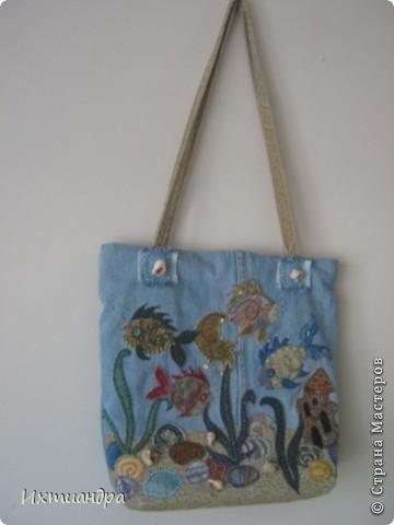 Летняя сумочка из старых джинсов. Рыбки украшены бисером. фото 1