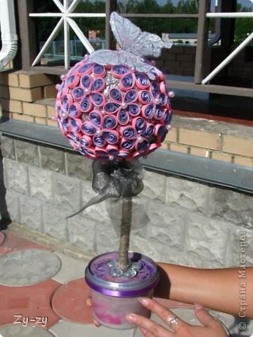 Работая летом в детском лагере мы с подругой-коллегой Настей решили освоить новую для себя технику квиллинг, и сделать цветочное дерево. фото 10