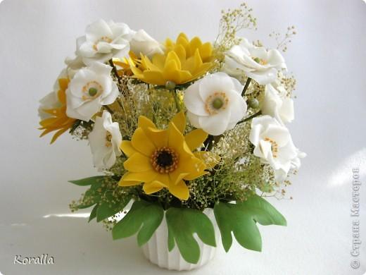 Букет из анемонов показался мне несколько скучным... Добавила немного зелени и желтых цветов, которые были слеплены давно... В общем, освободила жизненное пространство для очередных цветочков, а букет сегодня будет подарен. Надеюсь, понравится... :) фото 1