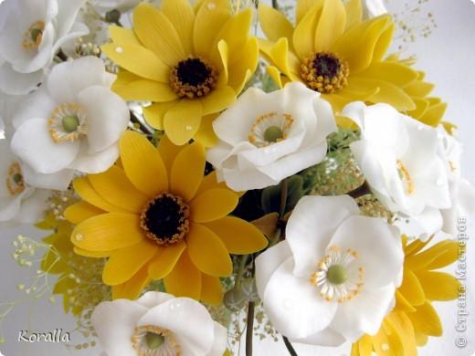Букет из анемонов показался мне несколько скучным... Добавила немного зелени и желтых цветов, которые были слеплены давно... В общем, освободила жизненное пространство для очередных цветочков, а букет сегодня будет подарен. Надеюсь, понравится... :) фото 3