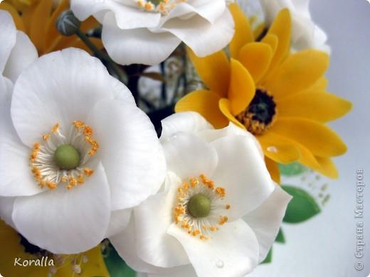 Букет из анемонов показался мне несколько скучным... Добавила немного зелени и желтых цветов, которые были слеплены давно... В общем, освободила жизненное пространство для очередных цветочков, а букет сегодня будет подарен. Надеюсь, понравится... :) фото 5