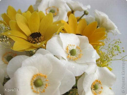 Букет из анемонов показался мне несколько скучным... Добавила немного зелени и желтых цветов, которые были слеплены давно... В общем, освободила жизненное пространство для очередных цветочков, а букет сегодня будет подарен. Надеюсь, понравится... :) фото 7