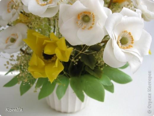 Букет из анемонов показался мне несколько скучным... Добавила немного зелени и желтых цветов, которые были слеплены давно... В общем, освободила жизненное пространство для очередных цветочков, а букет сегодня будет подарен. Надеюсь, понравится... :) фото 8