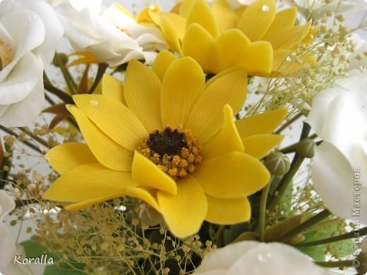 Букет из анемонов показался мне несколько скучным... Добавила немного зелени и желтых цветов, которые были слеплены давно... В общем, освободила жизненное пространство для очередных цветочков, а букет сегодня будет подарен. Надеюсь, понравится... :) фото 10