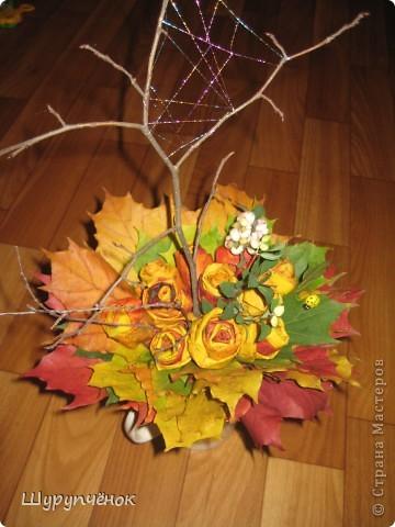 Розы из кленовых листьев, паутинка из меланжевого металлизированного мулине мадейра, божья коровка, пара веточек. фото 1