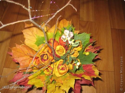 Розы из кленовых листьев, паутинка из меланжевого металлизированного мулине мадейра, божья коровка, пара веточек. фото 2